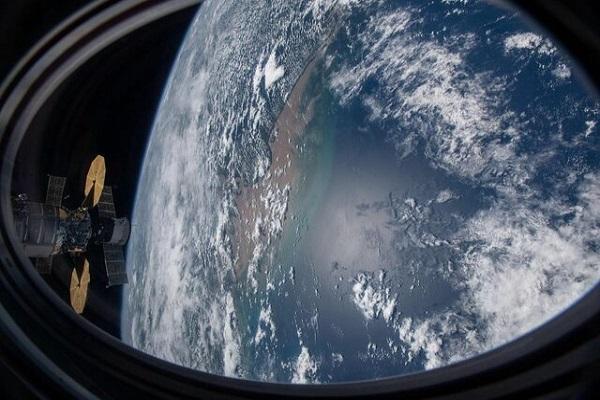 ایستگاه فضایی دراگون بر فراز اقیانوس