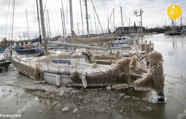 (ویدئو) یخ زدن قایق های لنگر انداخته در هلند!