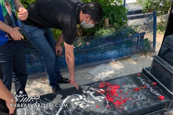 تصاویری از سالروز درگذشت ناصر حجازی؛ طرفداران به بهشت زهرا رفتند، تزئین مزار اسطوره استقلال با گل های قرمز